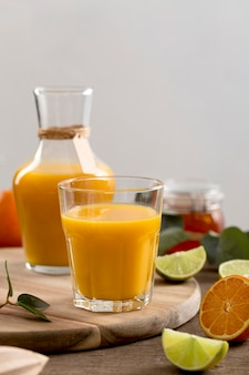 Assortimento di frullato arancione vista frontale sul tavolo
