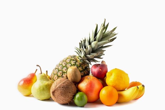 Assortimento di frutti tropicali isolato su sfondo bianco. ananas, cocco, banane, mango, kiwi, lime, limone, pere, pompelmo