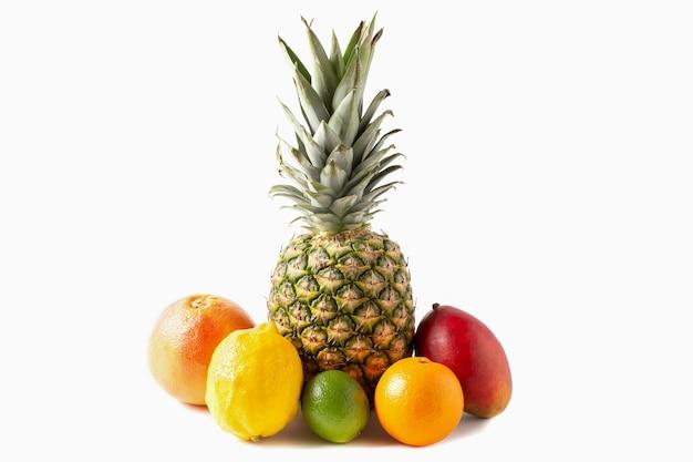 Assortimento di frutti tropicali isolato su sfondo bianco. ananas, mango, arancia, lime, limone, pompelmo.