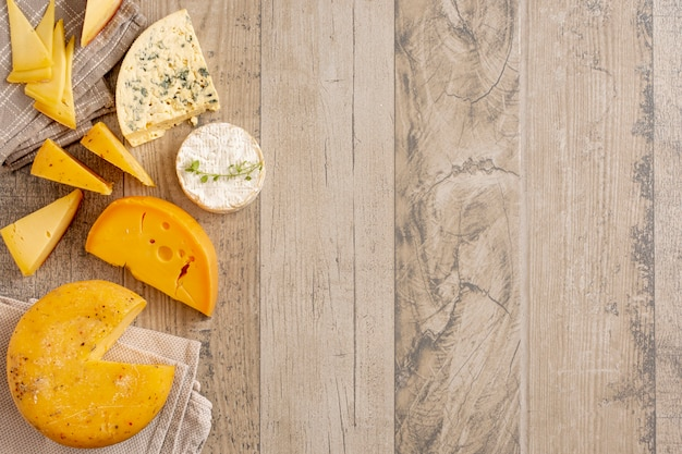 Assortimento di gustoso formaggio con spazio di copia
