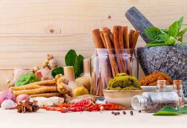 Assortimento di ingredienti da cucina e pasta.