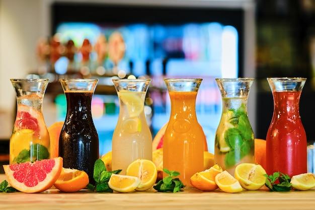 Assortimento di limonata fredda sul bancone del bar