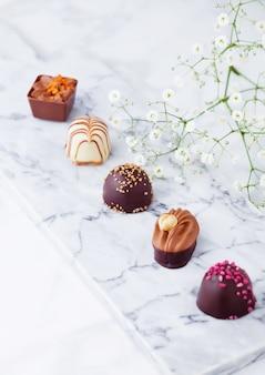 Assortimento di lussuose varietà di caramelle al cioccolato bianco e fondente
