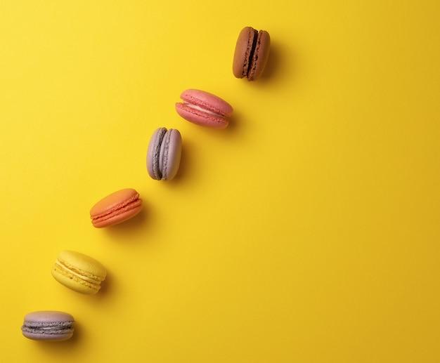Assortimento di macarons rotondi al forno multicolori