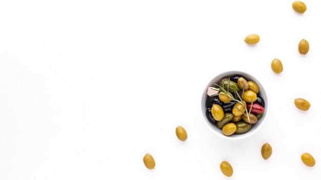 Assortimento di olive vista dall'alto in una ciotola con spazio di copia