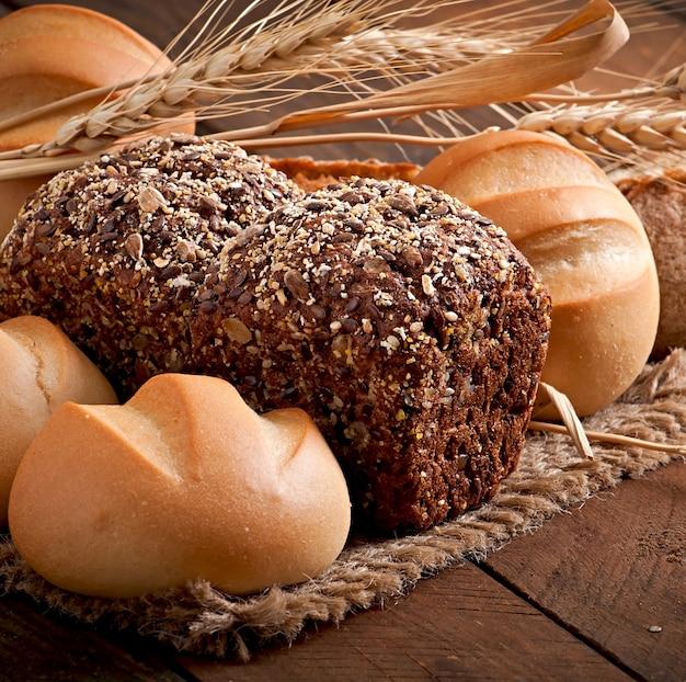Assortimento di pane cotto su una tavola di legno