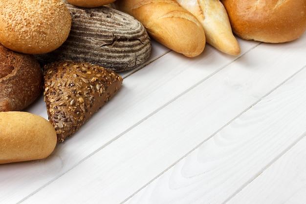Assortimento di pane su legno bianco