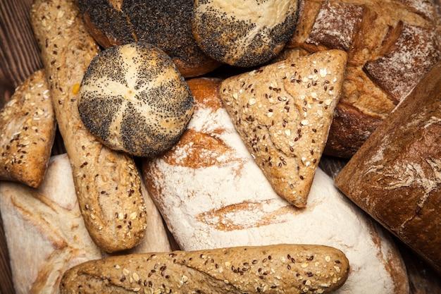 Assortimento di pane su superficie di legno