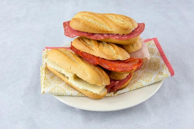 Assortimento di panini con salsiccia, formaggio e prosciutto