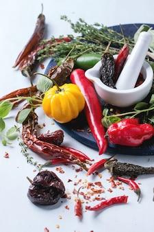 Assortimento di peperoncini ed erbe aromatiche
