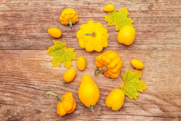 Assortimento di pomodori gialli e zucche