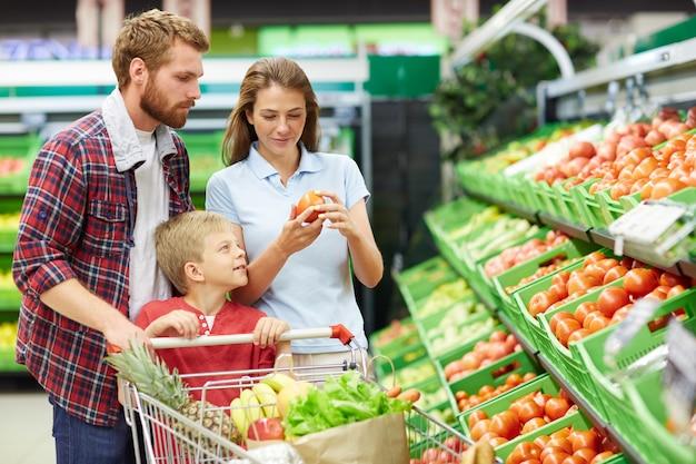 Assortimento di pomodori in un supermercato