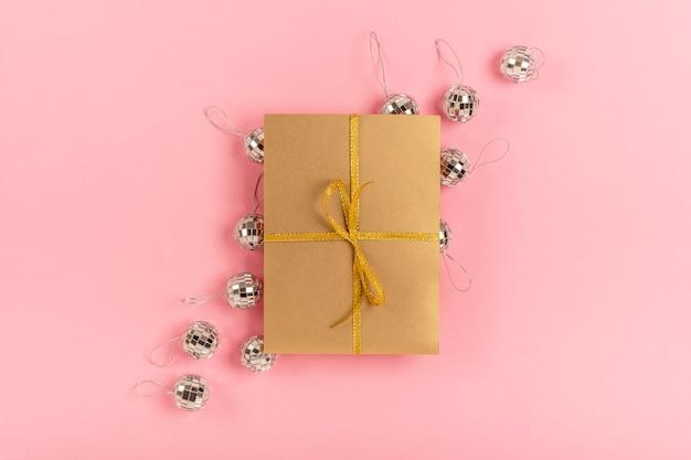 Assortimento di quinceañera con regalo avvolto su sfondo rosa