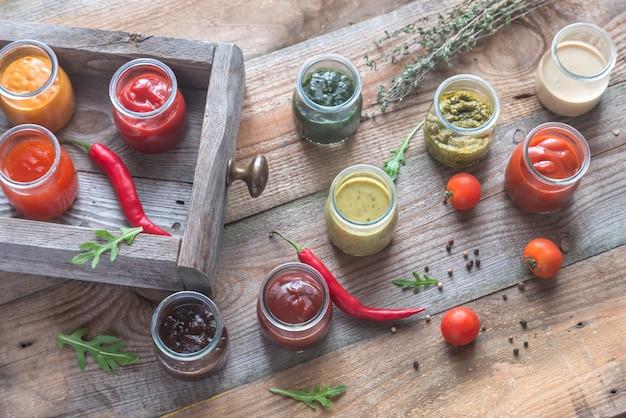 Assortimento di salse in barattoli di vetro con ingredienti