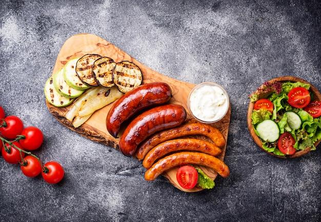 Assortimento di salsicce e verdure grigliate