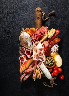Assortimento di salumi e snack. salsiccia fouet, salsicce, salami, paperoni