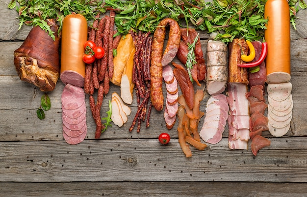 Assortimento di salumi, varietà di prodotti a base di carne fredda lavorati