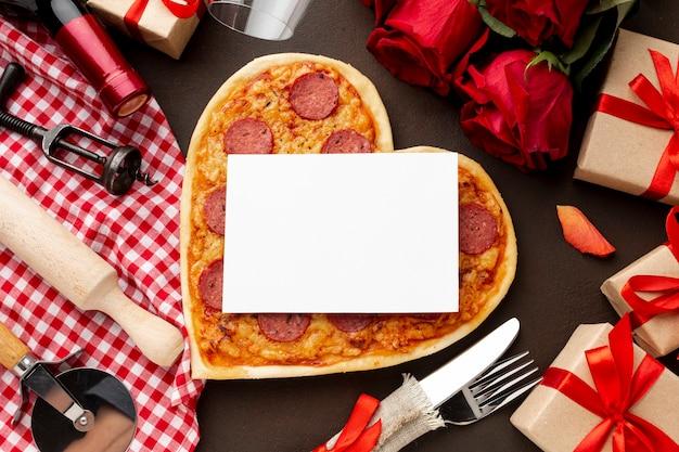 Assortimento di san valentino con pizza e carta bianca