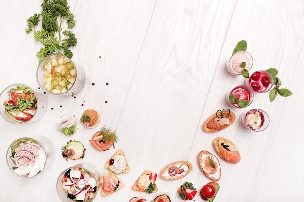 Assortimento di snack diversi, copyspace vista dall'alto