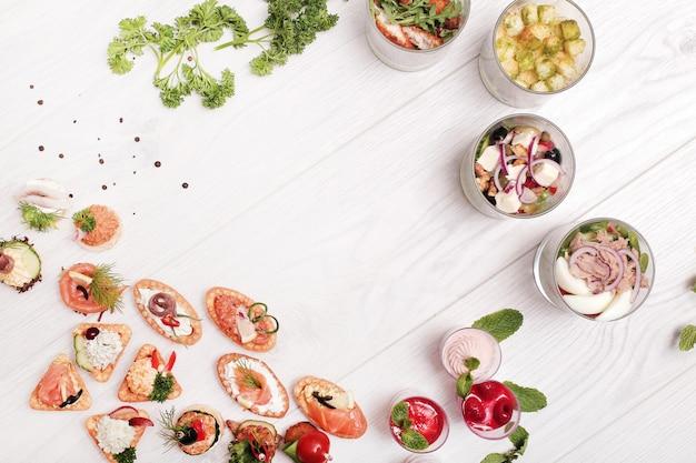 Assortimento di snack diversi, vista dall'alto con copyspace