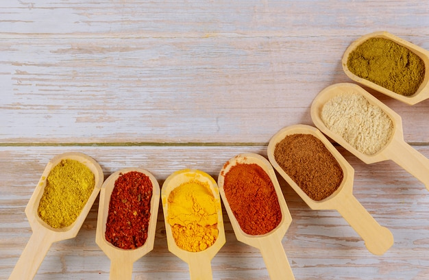 Assortimento di spezie colorate in cucchiai di legno