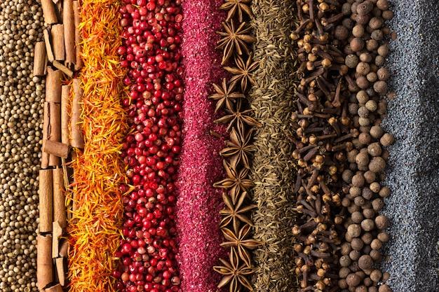 Assortimento di spezie ed erbe aromatiche