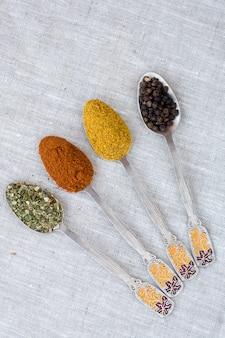 Assortimento di spezie in polvere su cucchiai