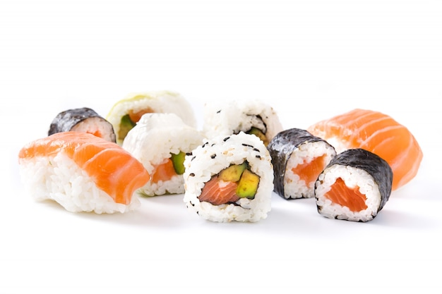 Assortimento di sushi isolato su superficie bianca
