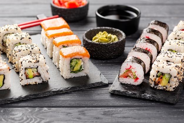 Assortimento di sushi maki ad alto angolo su ardesia