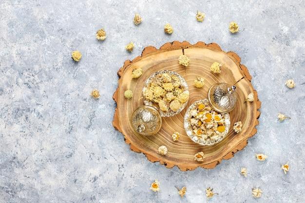 Assortimento di tè secco in mini piatti dorati vintage. tipi di tè