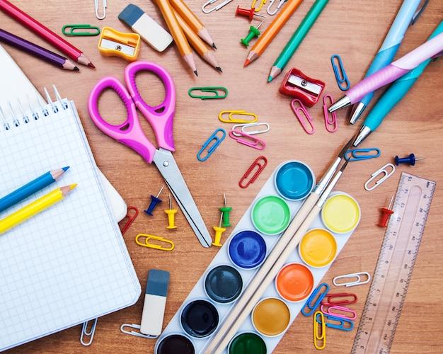 Assortimento di vari oggetti scolastici