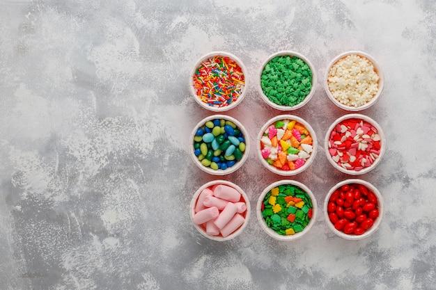 Assortimento di vari spruzzi di zucchero decorativo di pasqua, cibo, vista dall'alto