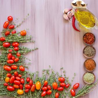 Assortimento di verdure fresche e condimenti essiccati. design del telaio.