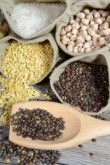 Assortimento di verdure secche, lenticchie, ceci, grano e riso