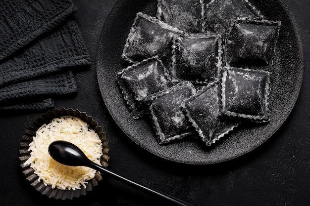 Assortimento di vista dall'alto di delizioso cibo nero sul tavolo scuro