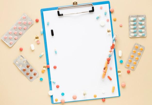 Assortimento di vista dall'alto di pillole colorate e compresse sul tavolo