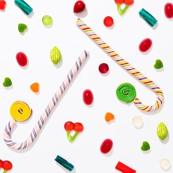 Assortimento di vista superiore di diverse caramelle colorate su sfondo bianco