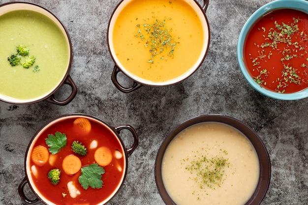 Assortimento di zuppe fatte in casa piatte