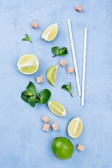 Assortimento minimalista di ingredienti diversi su sfondo blu