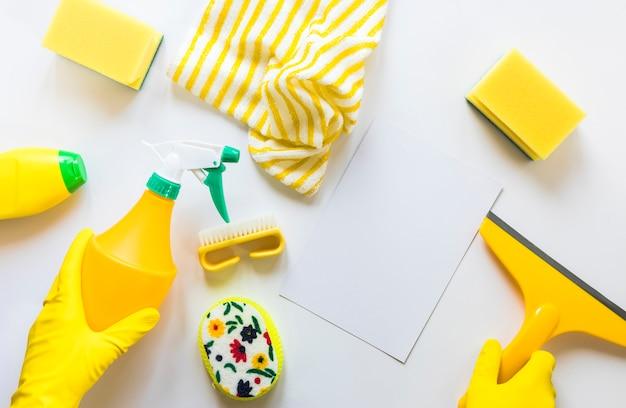 Assortimento piano di disposizione con i prodotti di pulizia su priorità bassa bianca