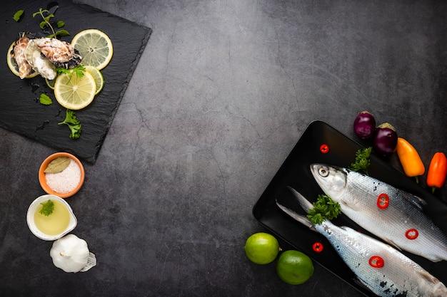 Assortimento piatto con frutti di mare e copia-spazio