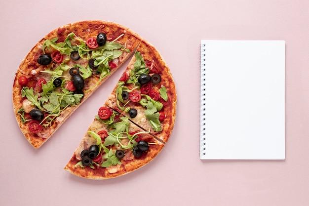 Assortimento piatto con pizza e taccuino