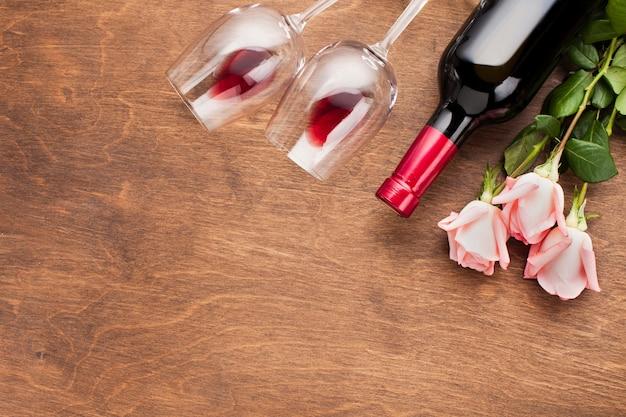 Assortimento piatto con rose e vino