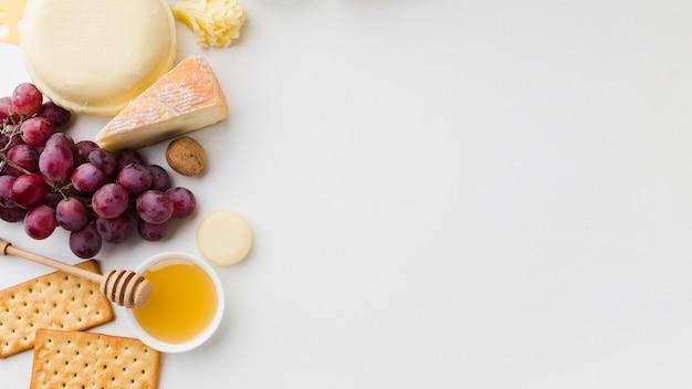 Assortimento piatto di formaggio gourmet e uva con spazio di copia