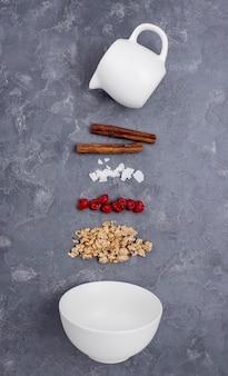 Assortimento piatto di ingredienti diversi su sfondo grigio