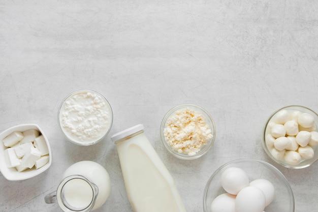 Assortimento piatto di prodotti lattiero-caseari
