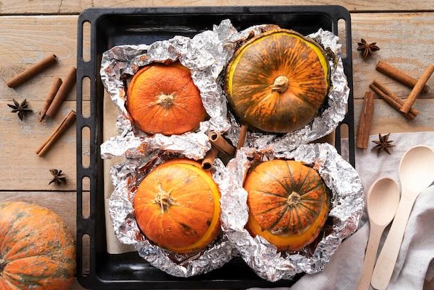 Assortimento piatto laici con zucche e fondo in legno