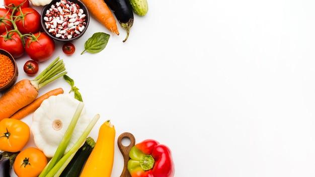 Assortimento piatto laici di diverse verdure con copia spazio