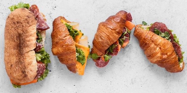 Assortimento sano dei panini di disposizione piana su fondo bianco