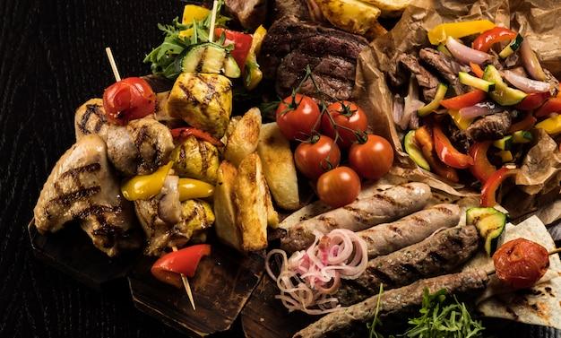 Assortimento vari barbecue per grigliate di carne